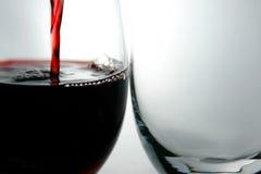 Gobelets et vin rouge Photo libre de droits