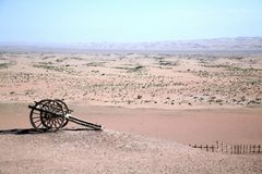 Gobi-Wüstenoase-Zahnstangenauto desolate ecologial lizenzfreie stockfotografie