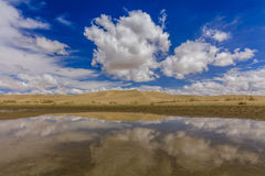 Gobi-Wüste nach Regen Reflexion von Wolken Stockbilder