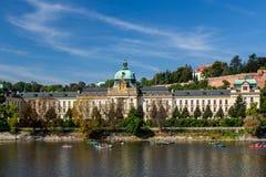 Gobierno de la República Checa Visto de la orilla del agua imagen de archivo libre de regalías