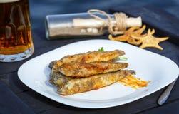 Gobios fritos de los pescados en talud con verdes Fotos de archivo libres de regalías