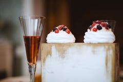 Goblet γυαλιού με το χυμό και τα κέικ στοκ εικόνα
