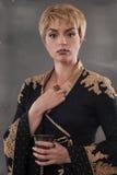 Goblet εκμετάλλευσης γυναικών μόδας αναγέννησης με το κρασί Στοκ Εικόνες