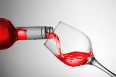 goblet χύνοντας κρασί στοκ φωτογραφία