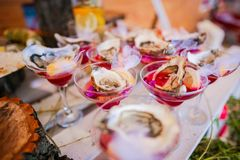 Goblets γυαλιού διακοσμήσεων θαλασσινών τροφίμων πίνακας στοκ φωτογραφία