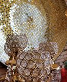 Goblets γυαλιού με τα αφηρημένα χρυσά και μαύρα αντανακλημένα στοιχεία υποβάθρου στοκ εικόνα