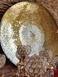 Goblets γυαλιού με τα αφηρημένα χρυσά και μαύρα αντανακλημένα στοιχεία υποβάθρου στοκ φωτογραφία με δικαίωμα ελεύθερης χρήσης
