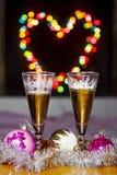 Goblets με το λαμπιρίζοντας κρασί και τα εορταστικά παιχνίδια Στοκ Εικόνες