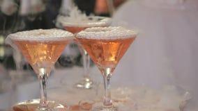 Goblets με το συνταραγμένο κρασί απόθεμα βίντεο