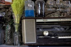 Goblets παλαιών ραδιο και μερικά γυαλιού σε ένα παλαιό μουσείο στοκ φωτογραφία με δικαίωμα ελεύθερης χρήσης