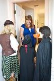 Goblins de Víspera de Todos los Santos en la puerta Foto de archivo