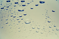 Gocce colorate della pioggia sul vetro immagini stock
