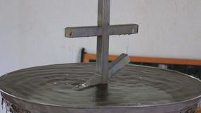 Gocce del gocciolamento dell'acqua santa dall'incrocio del ferro archivi video