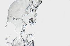 Gocce del primo piano della fontana su un fondo leggero Fotografie Stock Libere da Diritti