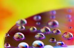Gocce dell'acqua - colori del Rainbow immagini stock