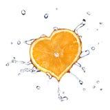 Gocce dell'acqua su cuore dall'arancio isolato su bianco Fotografie Stock