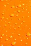 Gocce dell'acqua sul Ba arancione del metallo Fotografie Stock Libere da Diritti