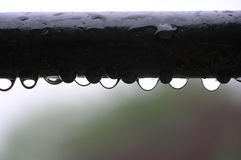 Gocce dell'acqua sulla barra di metallo Fotografie Stock