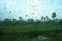 Gocce dell'acqua sulla finestra fotografie stock libere da diritti