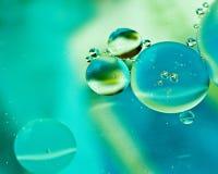 Gocce dell'olio su acqua Fotografie Stock Libere da Diritti
