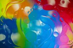 Gocce dell'olio sulla superficie dell'acqua Fotografie Stock