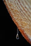 Gocce della caduta della resina da un circuito di collegamento immagine stock libera da diritti
