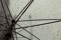 Gocce della pioggia e dell'ombrello Fotografie Stock Libere da Diritti
