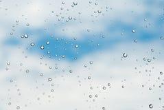 Gocce della pioggia su cielo blu Fotografia Stock