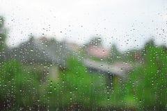 Gocce della pioggia sul vetro di finestra immagine stock libera da diritti