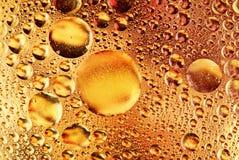 Gocce delle bolle di aria e del petrolio su acqua fotografie stock libere da diritti