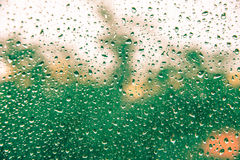 Gocce di acqua astratte sullo specchio Immagine Stock