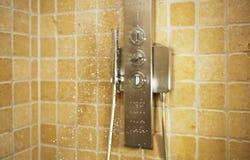 Gocce di acqua che cadono dalla doccia immagini stock libere da diritti
