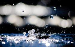 Gocce di acqua che cadono e che spruzzano fotografia stock