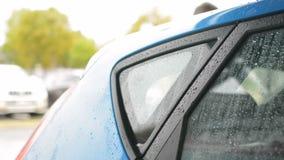 Gocce di acqua che corrono giù le finestre di automobile appena di nuova automobile lavata, concetto dell'autolavaggio di self se stock footage