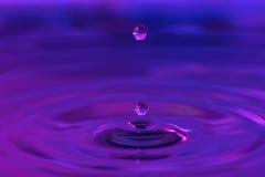 Gocce di acqua che spruzzano in acqua Fotografia Stock Libera da Diritti