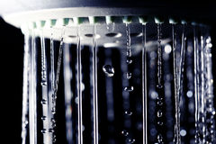 Gocce di acqua della doccia su fondo nero Fotografia Stock Libera da Diritti
