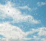 Gocce di acqua di pioggia su fondo di vetro blu Fotografie Stock Libere da Diritti