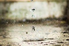 Gocce di acqua dietro a costruzione sporca Fotografie Stock