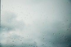 Gocce di acqua dopo pioggia sul vetro Vetro libero immagini stock