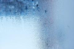 Gocce di acqua naturali su vetro, vetro di finestra con condensazione, forte, alta umidità, grandi gocce di scorrimento dell'acqu immagini stock libere da diritti