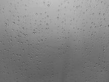 Gocce di acqua sopra buio Immagine Stock