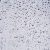Gocce di acqua su un acciaio spazzolato Fotografia Stock Libera da Diritti
