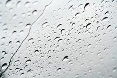 Gocce di acqua su un vetro di finestra Immagine Stock