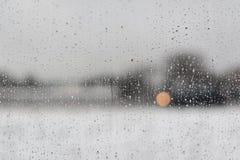 Gocce di acqua su una finestra con un fondo in bianco e nero immagini stock