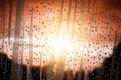 Gocce di acqua su vetro e su luce solare Fotografia Stock Libera da Diritti