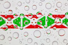 Gocce di acqua su vetro e sulle bandiere del Burundi Immagini Stock