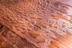 Gocce di acqua sul bordo di legno Immagini Stock