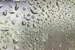 Gocce di acqua sulla carta da parati di vetro Immagini Stock