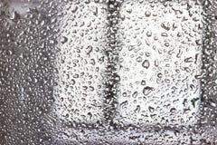 Gocce di acqua sulla carta da parati di vetro Fotografie Stock