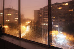 Gocce di acqua sulla finestra dell'appartamento immagine stock